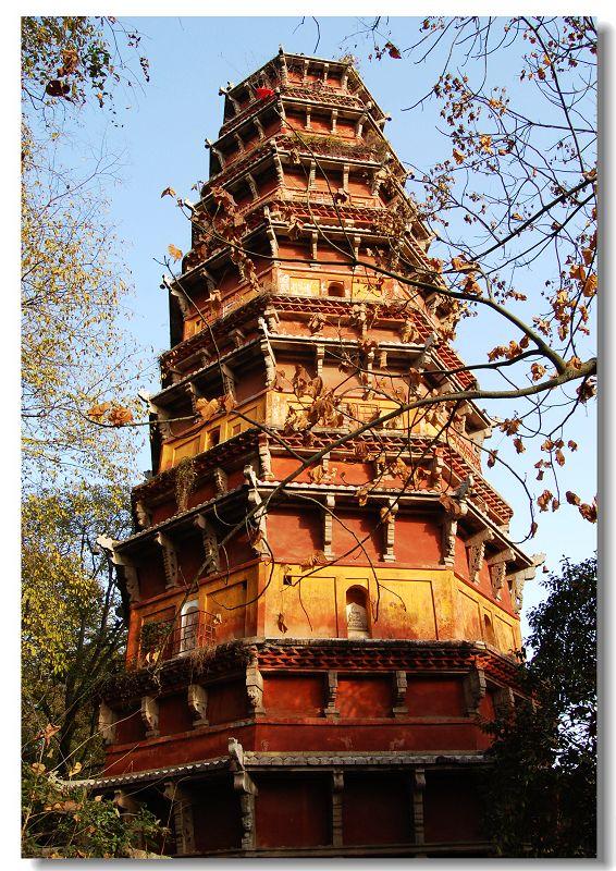 简介: 洪山宝塔位于武昌洪山的南坡、宝通寺的东北面。是为纪念灵济慈忍大师建造的,又名灵济塔。 通常寺庙和塔建在一起,塔在西,取佛祖西来之意。而洪山一反常规,是塔在东寺在西。造成这一违反常规的现象,是寺院屡毁建原址不够用而西移的缘故。洪山宝塔建于元代,花了11年时间。塔身为砖石砌成,仿木结构,八角七级,高44.