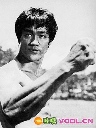 李小龙/李小龙是全能型地锻炼,他的体格之健壮不输于任何健美运动员...
