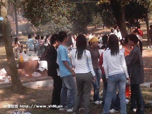 在九峰山野生动物园玩乐的大学生
