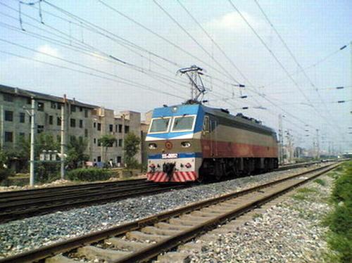 韶山7e型电力机车具备强大的功率及牵引力,机车牵引17节客车在平直道