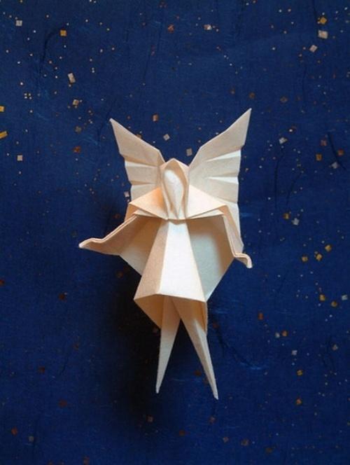 记得小时候最喜欢的折纸作品有两样,一个是纸飞机,另一个是翻东南西北