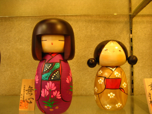 还是因为娃娃的表情特别可爱