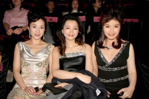 汤灿,董卿,周爱莲一起参加2006年中国国际时装周玫瑰坊开幕式