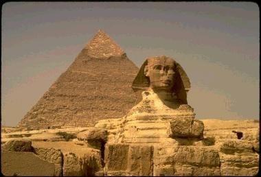 前2600年左右建成的吉札金字塔