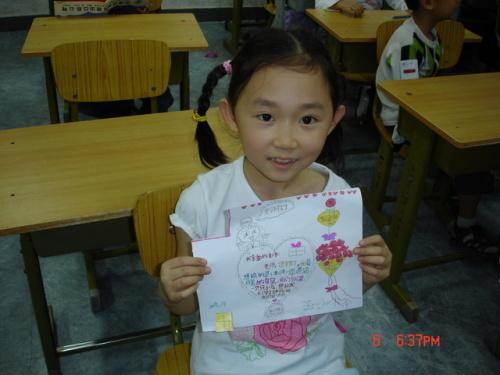 王小楠是一个活泼可爱的女生,她的眼睛大大的,脸蛋白白的,非常美丽