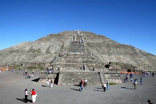 月亮金字塔位置很高,在顶上可以看到最美的太阳金字塔和死者大道全景