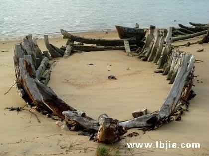 陪朋友去海边写生,在海口火车站附近的港口海边,在沙滩上有一些旧船
