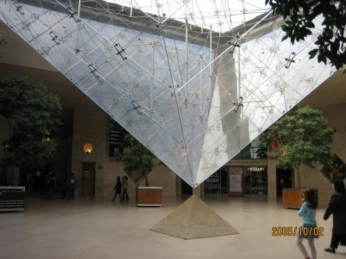 它的下部还有一个倒立的金字塔