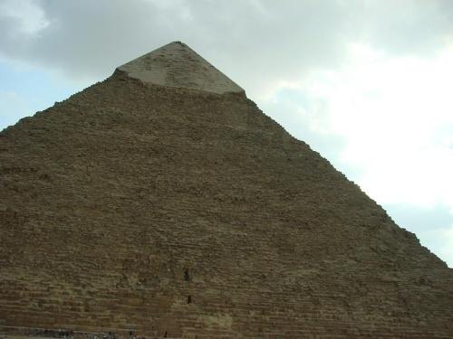 金字塔是古埃及陵墓的一种形式,最著名的是胡夫,哈拂瑞,门开拉祖孙三