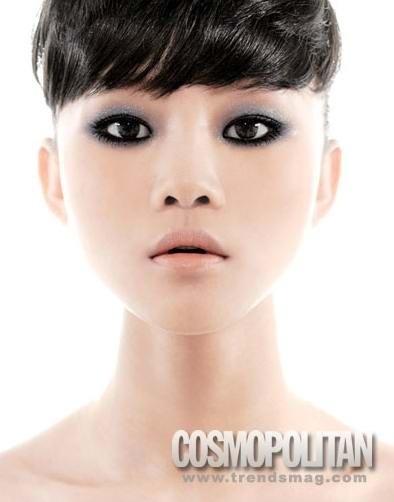 至於唇部,由於烟熏妆使用的为粉雾质感眼影,为了不要整张脸死气沈沈